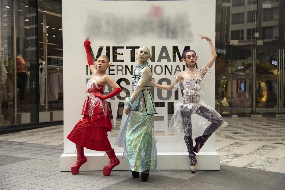 Ngắm những bộ cánh street style ngày đầu Vietnam International Fashion Week mà tưởng Halloween đến sớm nửa năm-1