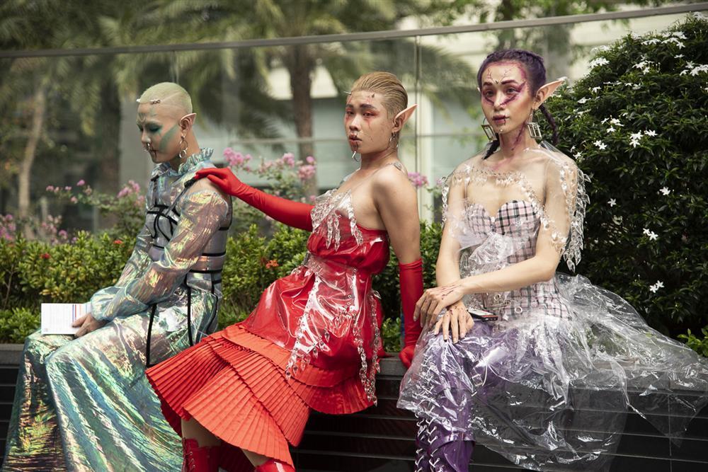 Ngắm những bộ cánh street style ngày đầu Vietnam International Fashion Week mà tưởng Halloween đến sớm nửa năm-2