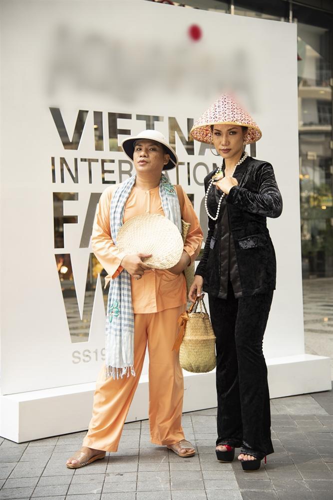 Ngắm những bộ cánh street style ngày đầu Vietnam International Fashion Week mà tưởng Halloween đến sớm nửa năm-9
