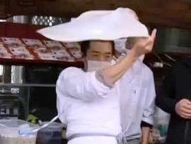 Người đàn ông dùng thái cực quyền để cán bột làm bánh