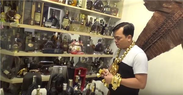 Hé lộ căn phòng bí mật chứa hàng trăm chai rượu quý, 2 bộ da cá sấu khổng lồ được đặt ngay tại quán karaoke của đại gia Phúc XO-1
