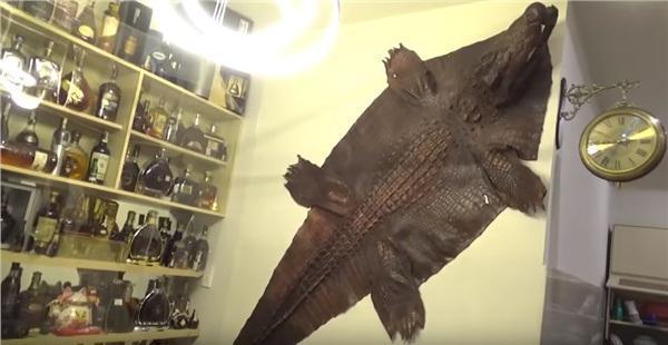 Hé lộ căn phòng bí mật chứa hàng trăm chai rượu quý, 2 bộ da cá sấu khổng lồ được đặt ngay tại quán karaoke của đại gia Phúc XO-2