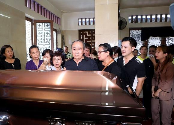 Mẹ cố nghệ sĩ Anh Vũ đã khỏe lại và xuất hiện trong lễ tang con trai-1