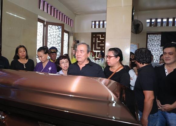 Mẹ cố nghệ sĩ Anh Vũ đã khỏe lại và xuất hiện trong lễ tang con trai-2