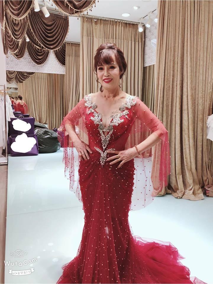 Ngán ngẩm phong cách thời trang cưa sừng làm nghé quá lố của cô dâu 62 tuổi ở Cao Bằng-4