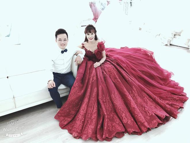 Ngán ngẩm phong cách thời trang cưa sừng làm nghé quá lố của cô dâu 62 tuổi ở Cao Bằng-6