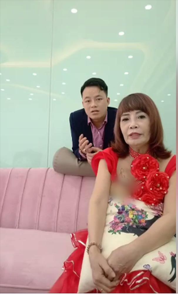 Ngán ngẩm phong cách thời trang cưa sừng làm nghé quá lố của cô dâu 62 tuổi ở Cao Bằng-7