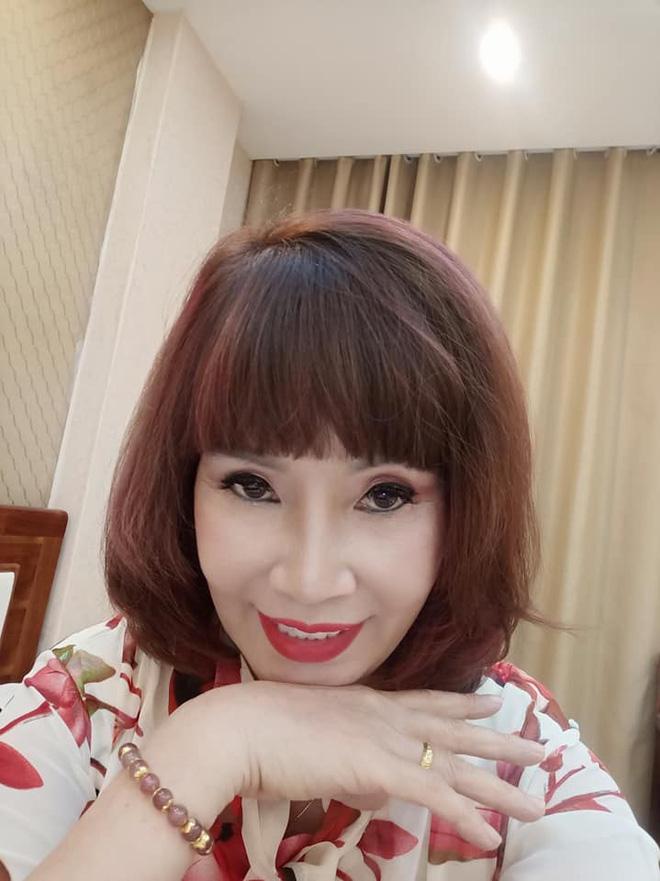 Ngán ngẩm phong cách thời trang cưa sừng làm nghé quá lố của cô dâu 62 tuổi ở Cao Bằng-3