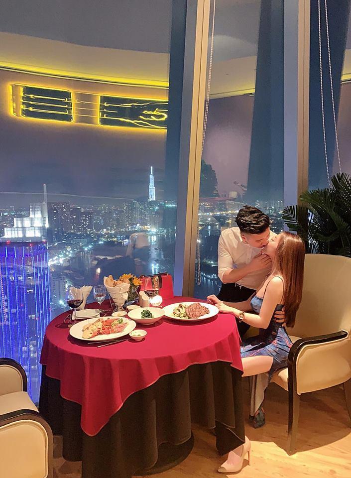 Chia tay con trai nghệ sĩ Hương Dung, nữ giảng viên xinh đẹp liên tục được người yêu điển trai làm điều lãng mạn-9