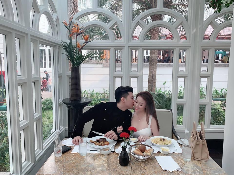 Chia tay con trai nghệ sĩ Hương Dung, nữ giảng viên xinh đẹp liên tục được người yêu điển trai làm điều lãng mạn-8