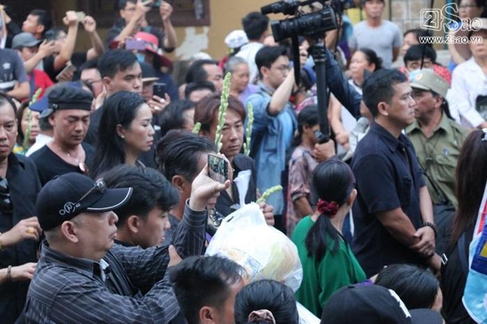 Cảnh tượng người dân đổ ra đường đông nghẹt tiễn đưa Anh Vũ-3