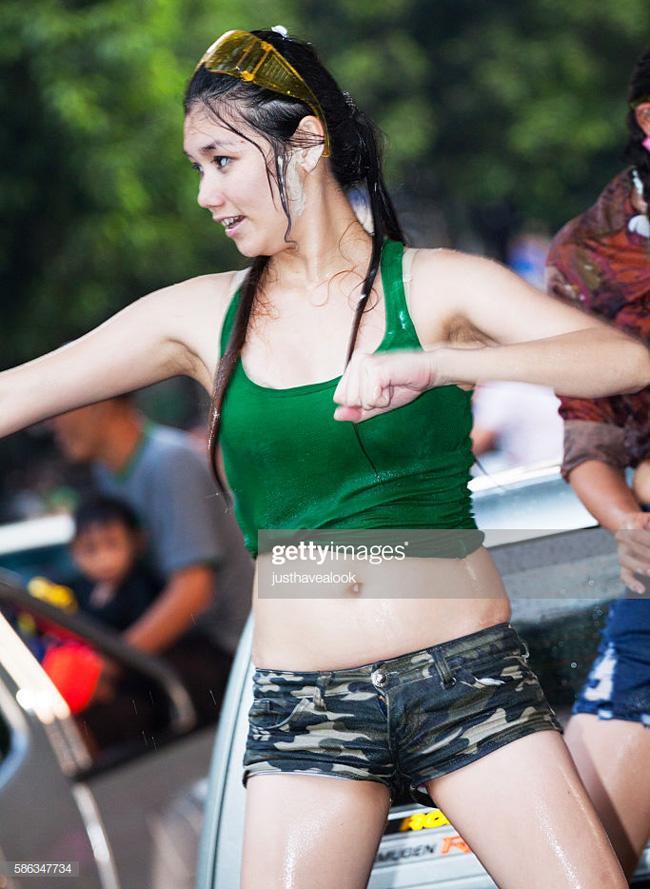 Loạt mỹ nhân mặc ngắn, khoe nội y đi hội té nước Thái Lan, phớt lờ lệnh cấm-12