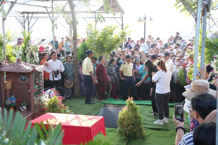 NSND Hồng Vân tới mộ phần kiểm tra trước thi linh cữu Anh Vũ được đưa đến-1