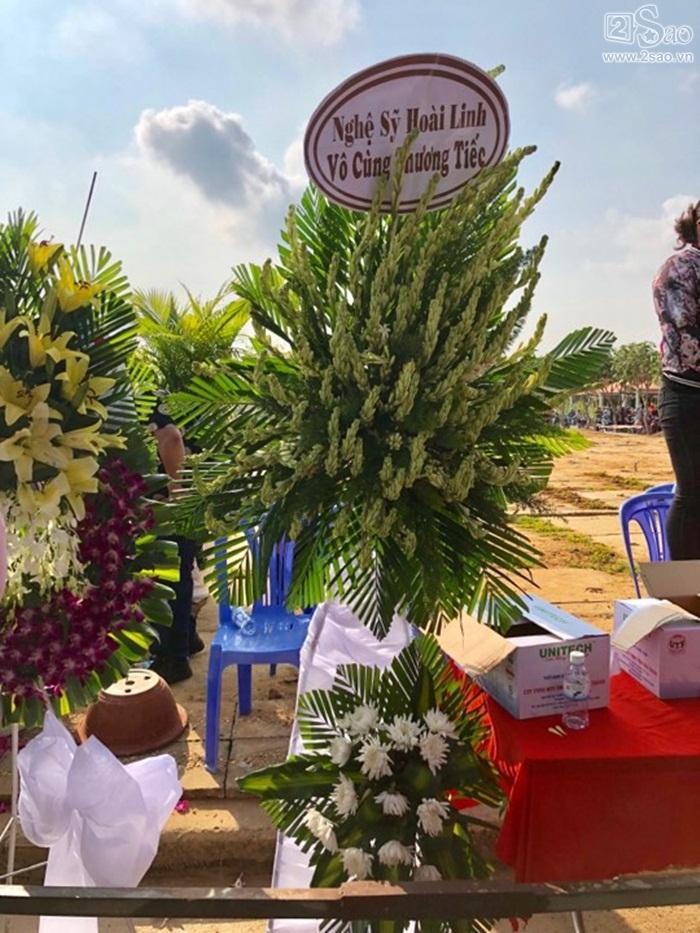 Danh hài Hoài Linh gửi hoa viếng tới mộ phần của Anh Vũ-1