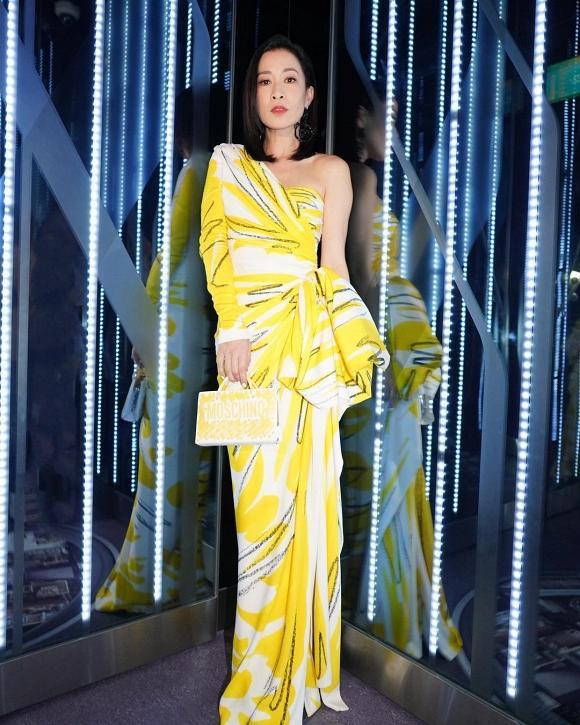 Kế Hoàng hậu Xa Thi Mạn chơi cả cây vàng nổi bật nhưng fan chỉ để ý chị đại đi giày gì đến lễ trao giải-3