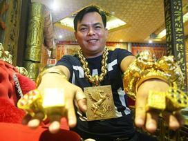 Ngáo ảo Phúc XO: Đeo vàng giả, xe máy biển số 'fake', ô tô vàng đi thuê