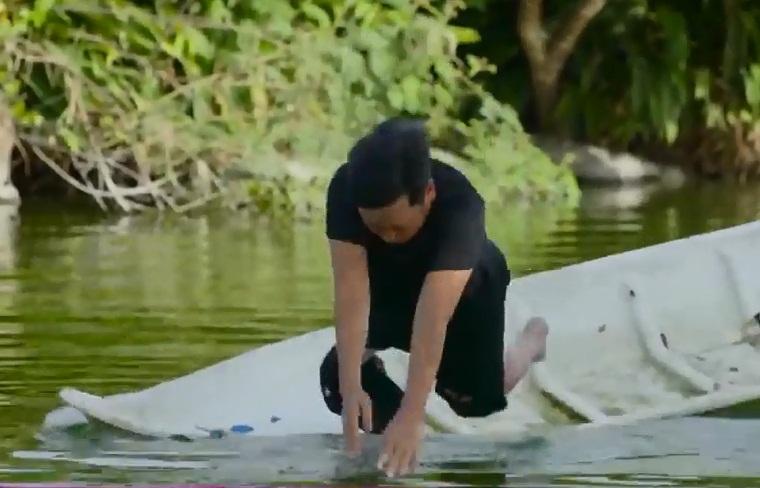 Xả thân cứu Thúy Ngân đuối nước, nào ngờ Trường Giang lại bị mỹ nhân nhấn đầu đến chìm nghỉm giữa hồ-2