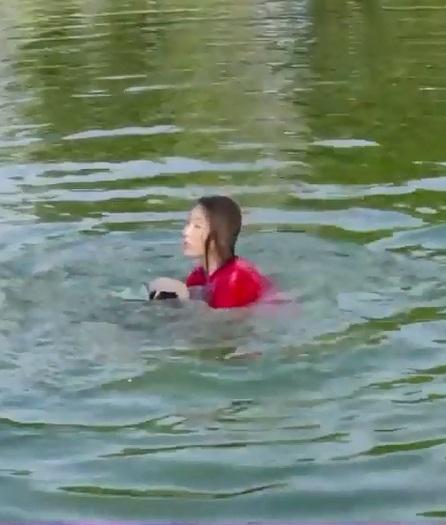 Xả thân cứu Thúy Ngân đuối nước, nào ngờ Trường Giang lại bị mỹ nhân nhấn đầu đến chìm nghỉm giữa hồ-4