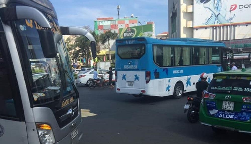Xe khách cán chết người phụ nữ giữa vòng xoay Sài Gòn-1