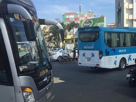 Xe khách cán chết người phụ nữ giữa vòng xoay Sài Gòn