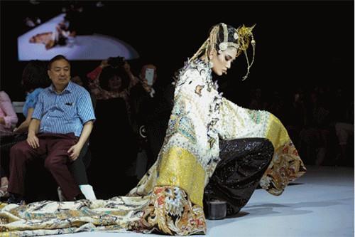 Sự thật đáng phẫn nộ sau cú nhào lộn thảm họa trên sàn catwalk của Minh Hằng-2