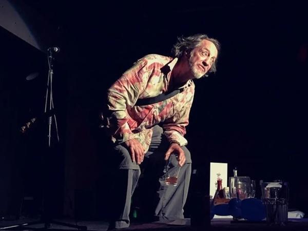 Đang nói đùa về cơn đau tim, diễn viên hài đột quỵ ngay trên sân khấu, khán giả vỗ tay nhiệt tình-1