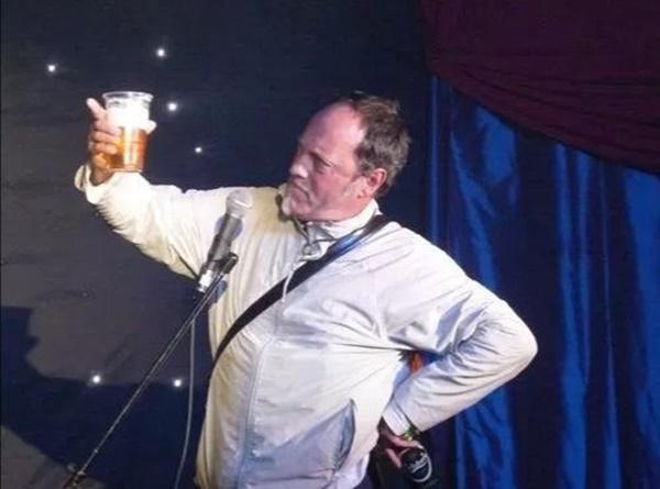 Đang nói đùa về cơn đau tim, diễn viên hài đột quỵ ngay trên sân khấu, khán giả vỗ tay nhiệt tình-3