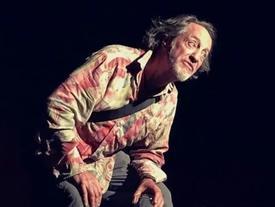 Đang nói đùa về cơn đau tim, diễn viên hài đột quỵ ngay trên sân khấu, khán giả vỗ tay nhiệt tình