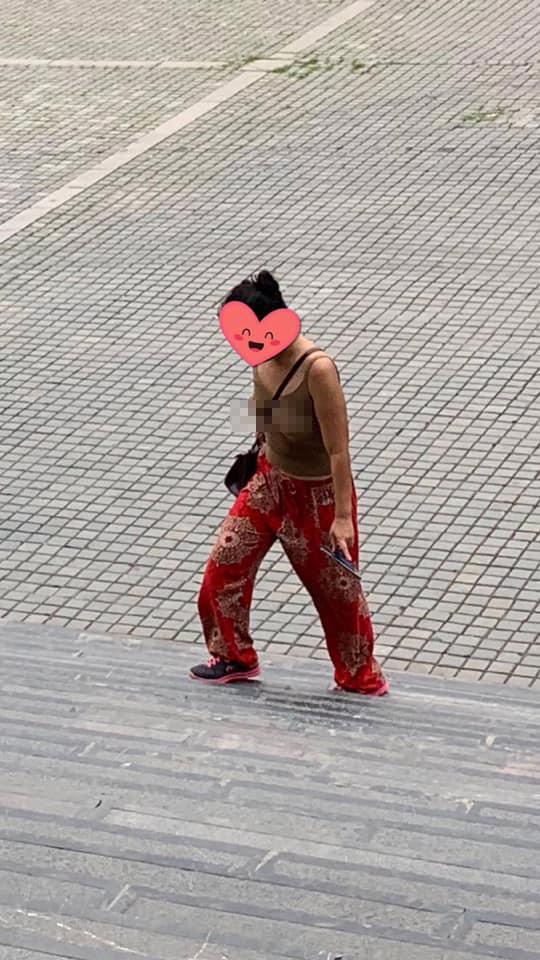 Đã mặc áo 2 dây ngắn cũn cỡn còn thả rông vòng 1 khi đi lễ chùa ở Ninh Bình, người phụ nữ bị dân mạng ném đá tới tấp-1