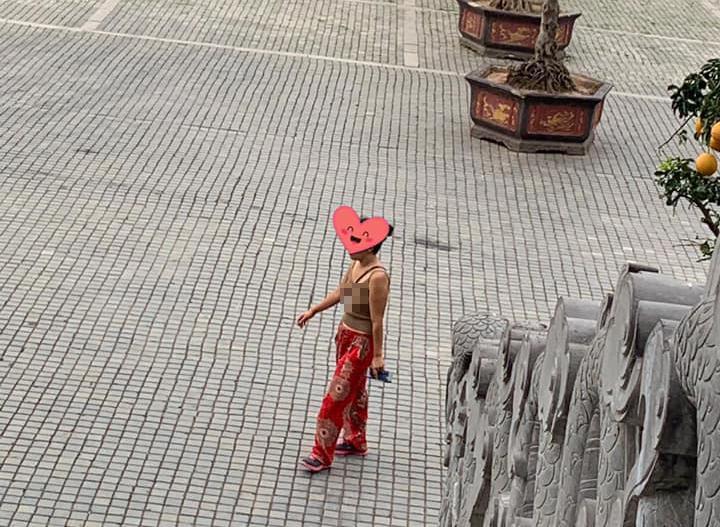 Đã mặc áo 2 dây ngắn cũn cỡn còn thả rông vòng 1 khi đi lễ chùa ở Ninh Bình, người phụ nữ bị dân mạng ném đá tới tấp-2