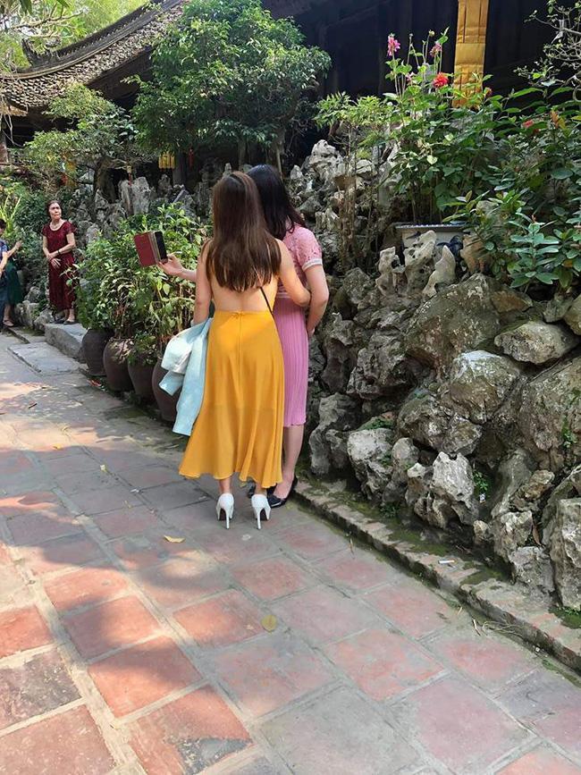 Đã mặc áo 2 dây ngắn cũn cỡn còn thả rông vòng 1 khi đi lễ chùa ở Ninh Bình, người phụ nữ bị dân mạng ném đá tới tấp-3