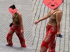 Đã mặc áo 2 dây ngắn cũn cỡn còn thả rông vòng 1 khi đi lễ chùa ở Ninh Bình, người phụ nữ bị dân mạng ném đá tới tấp