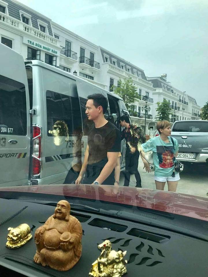 Hồ Ngọc Hà - Kim Lý tình tứ xuống đường bằng xe máy, dân mạng lập tức nhắc nhở: Thế mũ bảo hiểm đâu?-7
