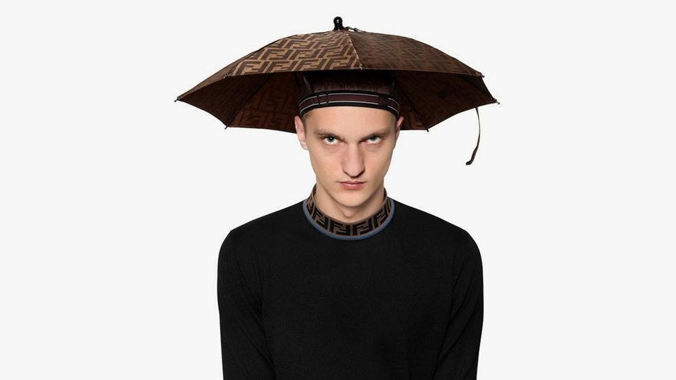 Ô kìa, trời không mưa mà Đức Phúc diện cả combo áo mưa, mũ ô như thầy pháp bắt ma-4