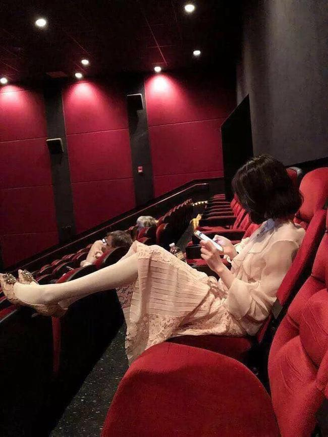 Gái xinh mặc váy hồn nhiên gác chân trong rạp phim, dân tình lắc đầu: Đẹp mấy cũng bằng thừa-1