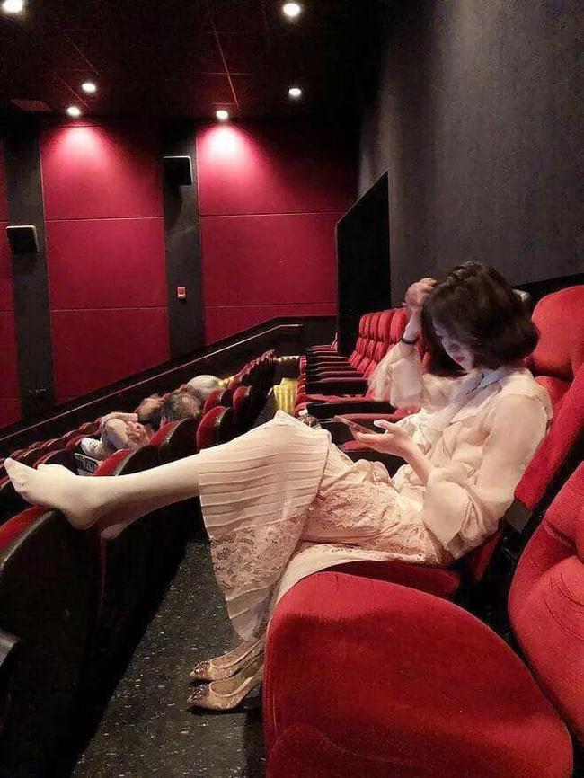Gái xinh mặc váy hồn nhiên gác chân trong rạp phim, dân tình lắc đầu: Đẹp mấy cũng bằng thừa-2