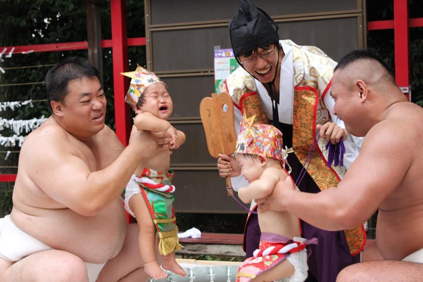Sumo dọa em bé khóc, rước dương vật và những lễ hội kỳ lạ ở Nhật-1