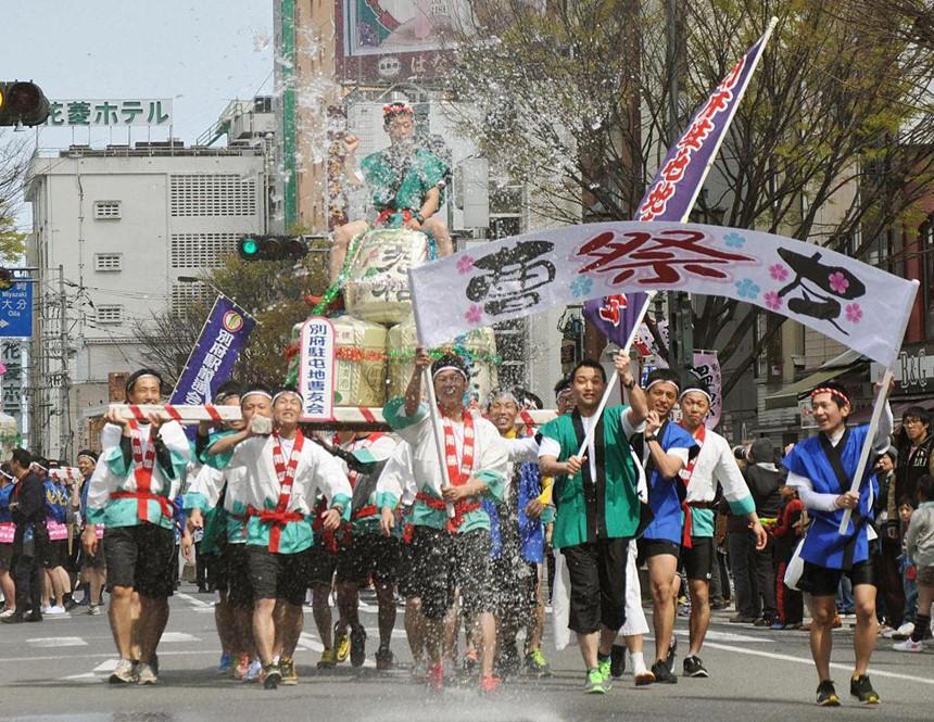Sumo dọa em bé khóc, rước dương vật và những lễ hội kỳ lạ ở Nhật-4