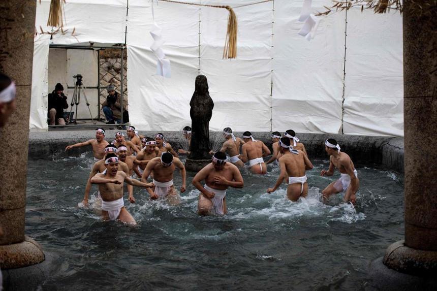 Sumo dọa em bé khóc, rước dương vật và những lễ hội kỳ lạ ở Nhật-6