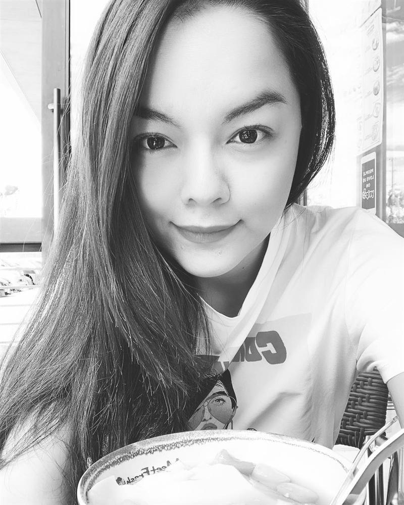 Văn Mai Hương nhí nhảnh tạo dáng với chân gà khi lê la ăn vặt vỉa hè-6