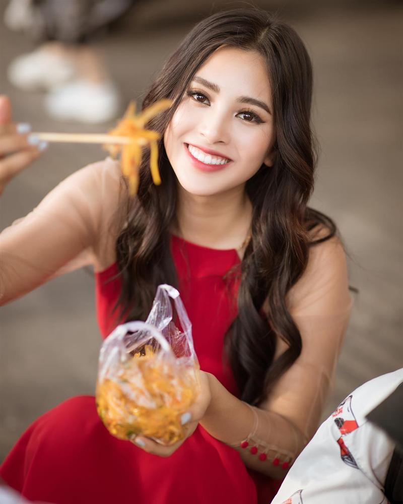 Văn Mai Hương nhí nhảnh tạo dáng với chân gà khi lê la ăn vặt vỉa hè-11