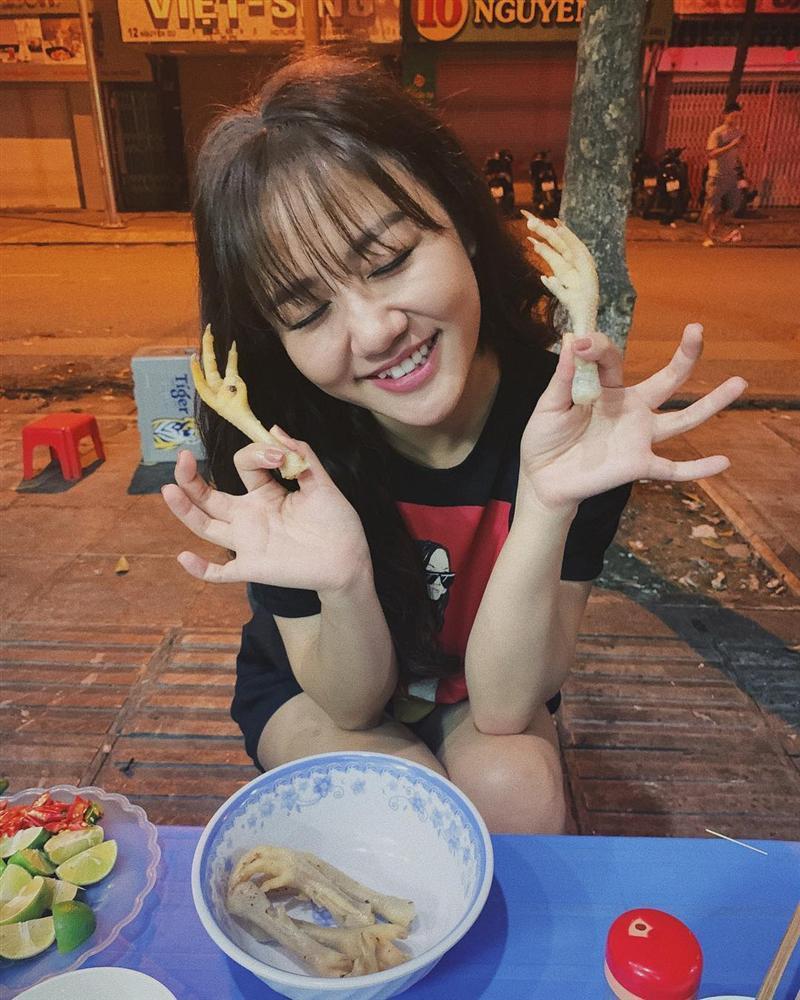 Văn Mai Hương nhí nhảnh tạo dáng với chân gà khi lê la ăn vặt vỉa hè-1