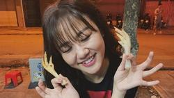 Văn Mai Hương nhí nhảnh tạo dáng với chân gà khi lê la ăn vặt vỉa hè