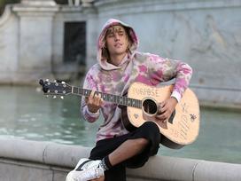Những lần Justin Bieber, Adam Levine ngẫu hứng hát tặng người yêu