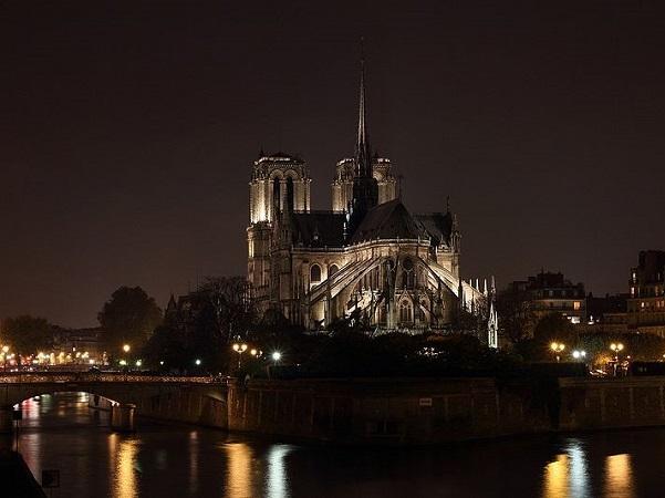 Hỏa hoạn nhà thờ Đức Bà Paris: Nước mắt rơi trong ngày 'hồn thiêng' nước Pháp sụp đổ-3