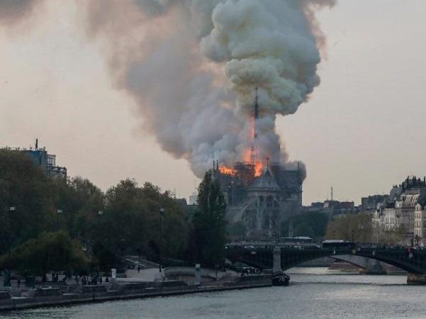 Hỏa hoạn nhà thờ Đức Bà Paris: Nước mắt rơi trong ngày 'hồn thiêng' nước Pháp sụp đổ-5