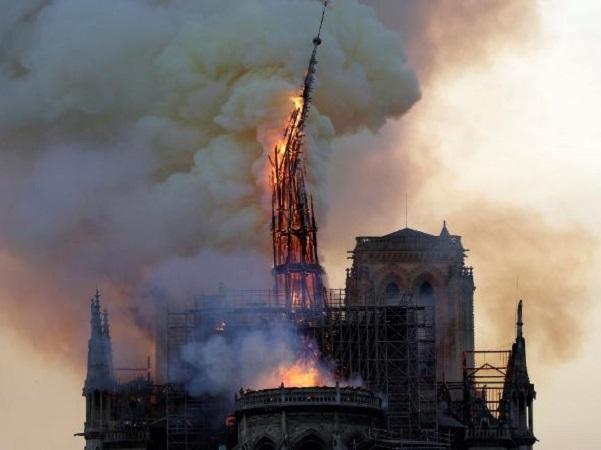 Hỏa hoạn nhà thờ Đức Bà Paris: Nước mắt rơi trong ngày 'hồn thiêng' nước Pháp sụp đổ-1