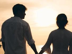Quý Bình đăng ảnh hôn bạn gái giấu mặt, ngầm thừa nhận sắp kết hôn