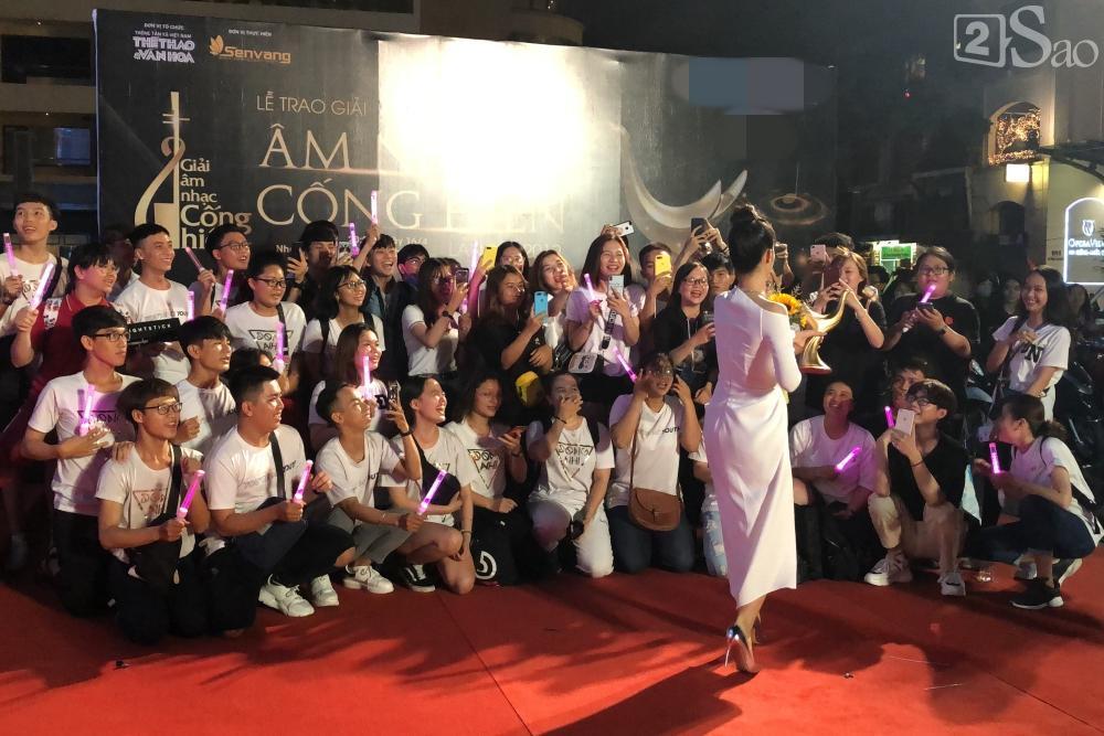Đông Nhi nghẹn ngào nhận giải Cống Hiến, fans chực chờ ngoài cửa chúc mừng-4