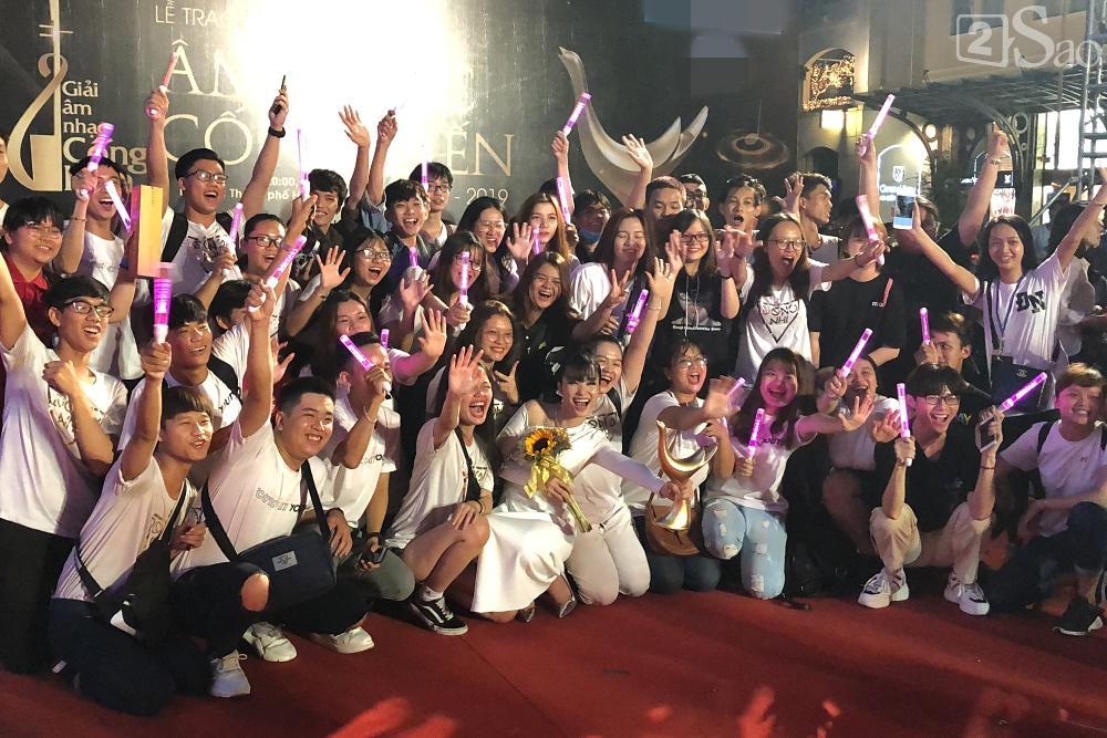 Đông Nhi nghẹn ngào nhận giải Cống Hiến, fans chực chờ ngoài cửa chúc mừng-5